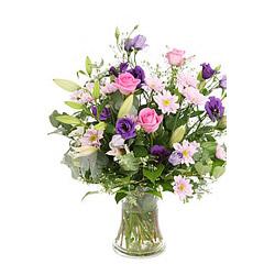 Vazoda pembe mor çiçekler
